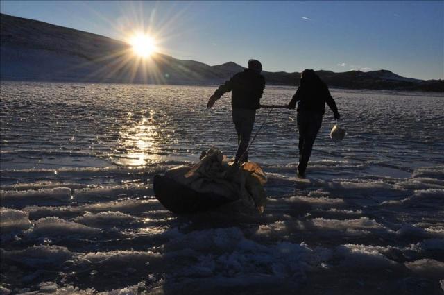 Buz Tutan Gölde Balık Tutmak
